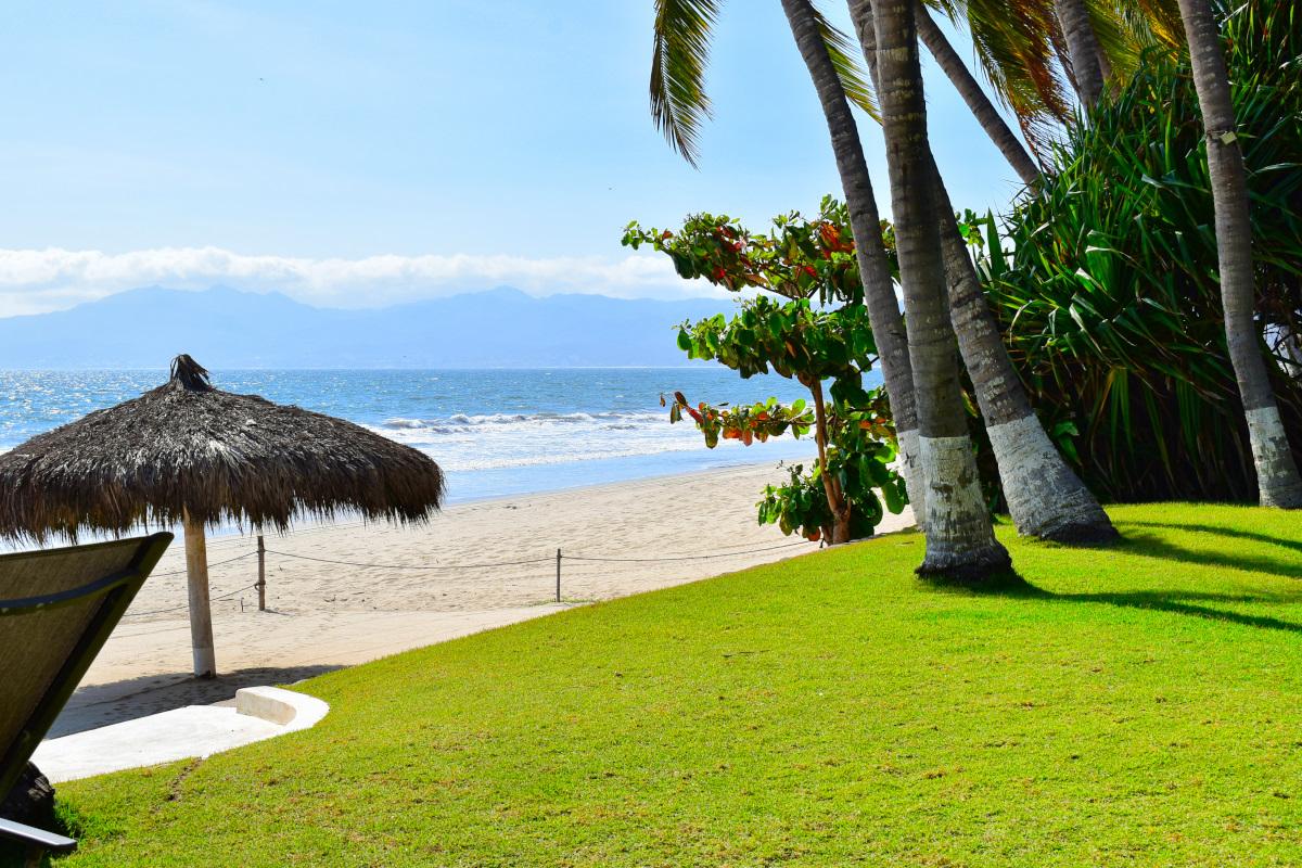 Acceso a la playa Casa la Palapa frente al mar en venta Nuevo Vallarta