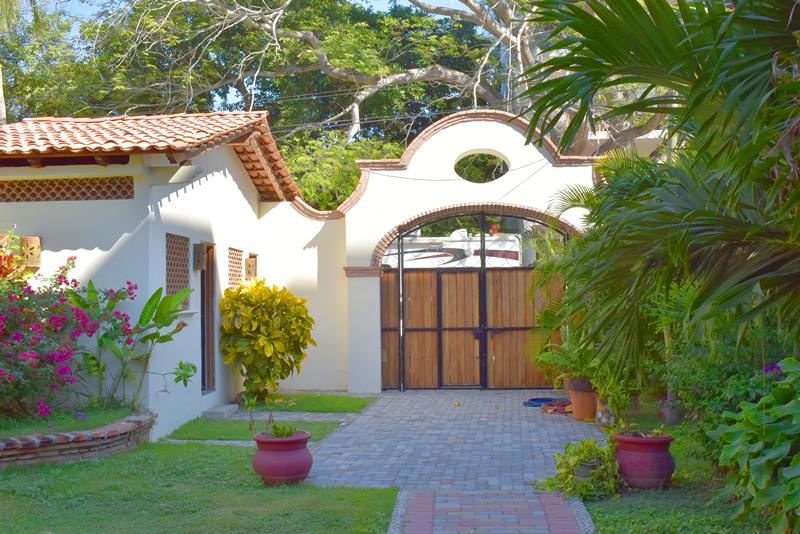 Acceso principal Casa frente a la playa con vista al mar en venta Bucerías