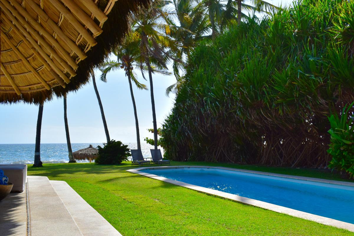 Alberca Casa la Palapa frente al mar en venta Nuevo Vallarta