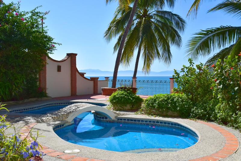 Alberca con jardín Casa frente a la playa con vista al mar en venta Bucerías