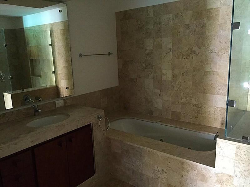 Baño con jacuzzi Condominio Isla Palmares en el Campo de Golf El Tigre en Nuevo Vallarta