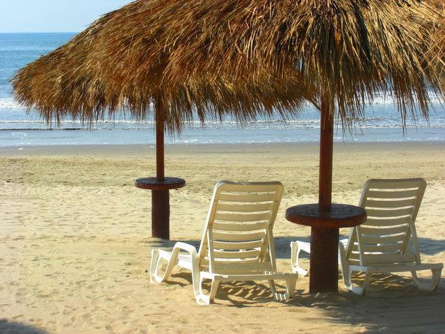 Camastros en playa Desarrollo Playa Royale en Nuevo Vallarta