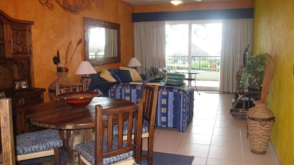 Comedor y sala Desarrollo Playa Royale en Nuevo Vallarta