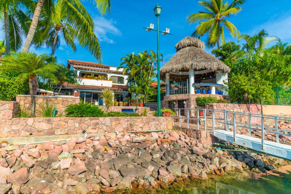 Fachada Casa Punta Iguana con Muelle Privado en Marina Vallarta Puerto Vallarta