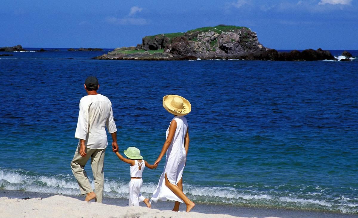 Familia en playa destino turistico Riviera Nayarit México