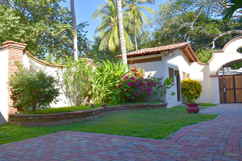 Jardín Casa frente a la playa con vista al mar en venta Bucerías