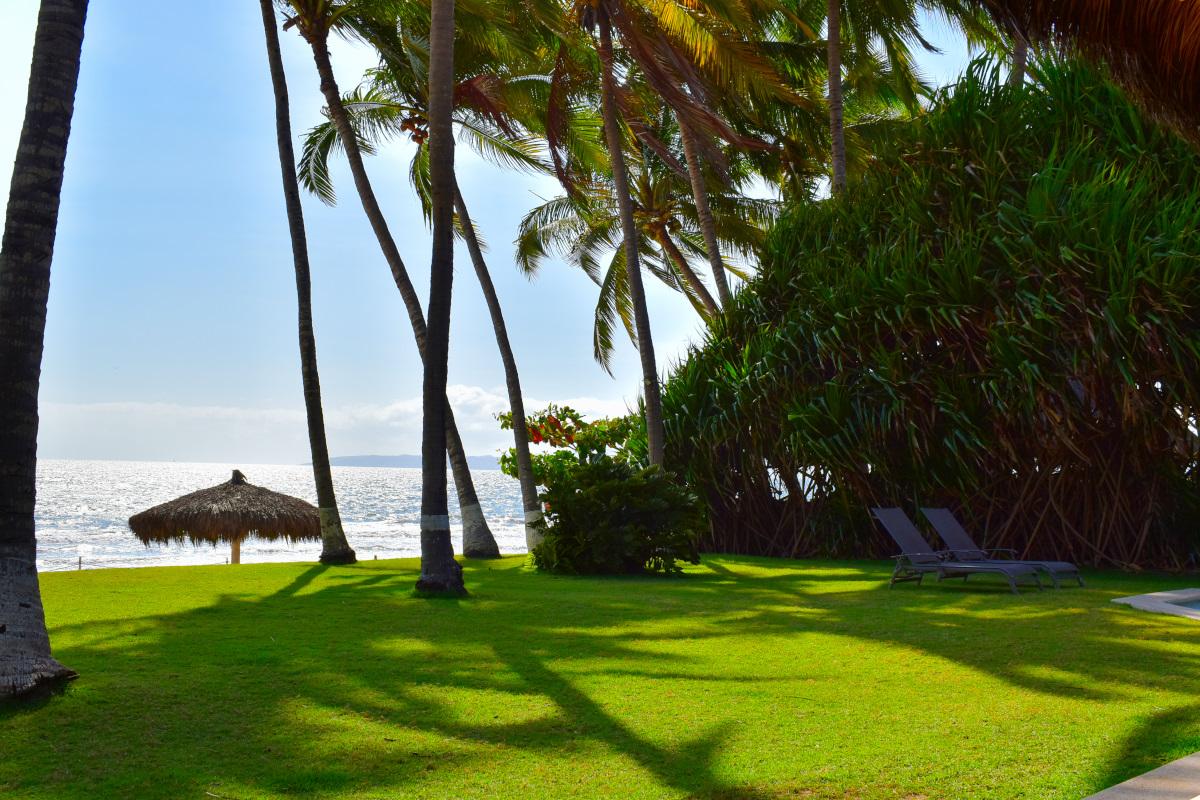 Jardín Casa la Palapa frente al mar en venta Nuevo Vallarta