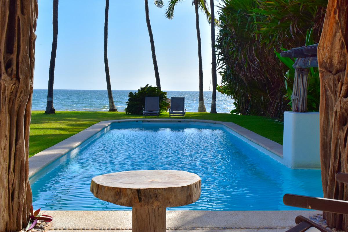Piscina Casa la Palapa frente al mar en venta Nuevo Vallarta