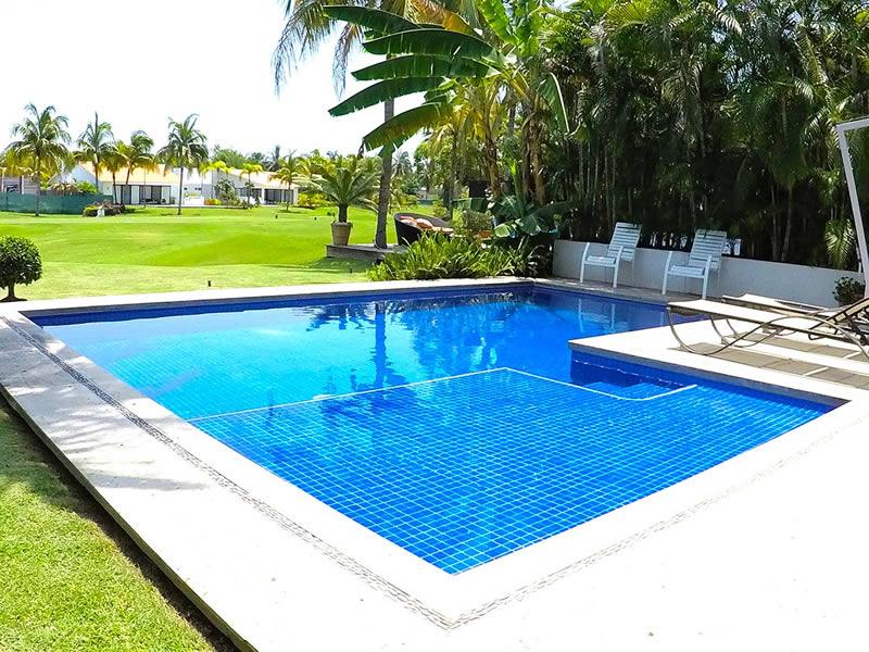 piscina-con-camastros-villa-ibiza-en-venta-nuevo-vallarta-el-tigre