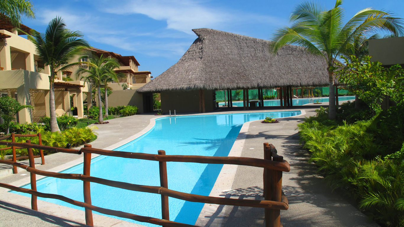 Puente sobre piscina Desarrollo Isla Palmares en el Tigre Club de Golf en Nuevo Vallarta