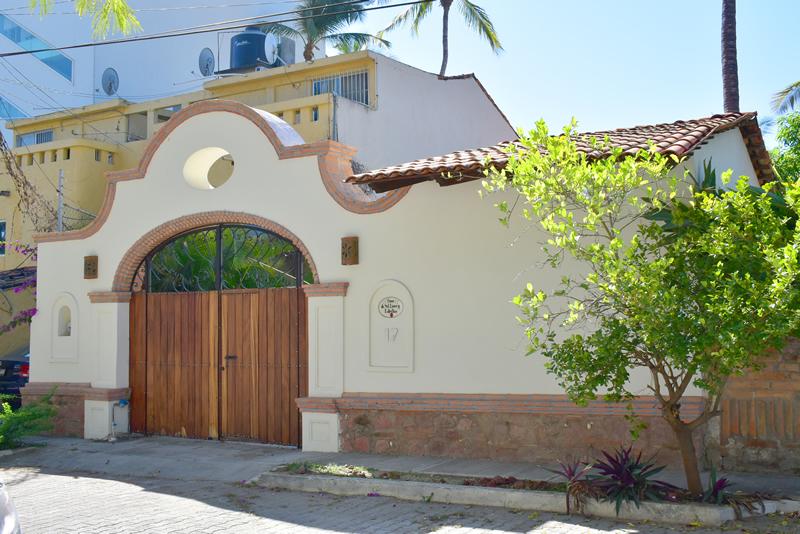 Puerta principal Casa frente a la playa con vista al mar en venta Bucerías