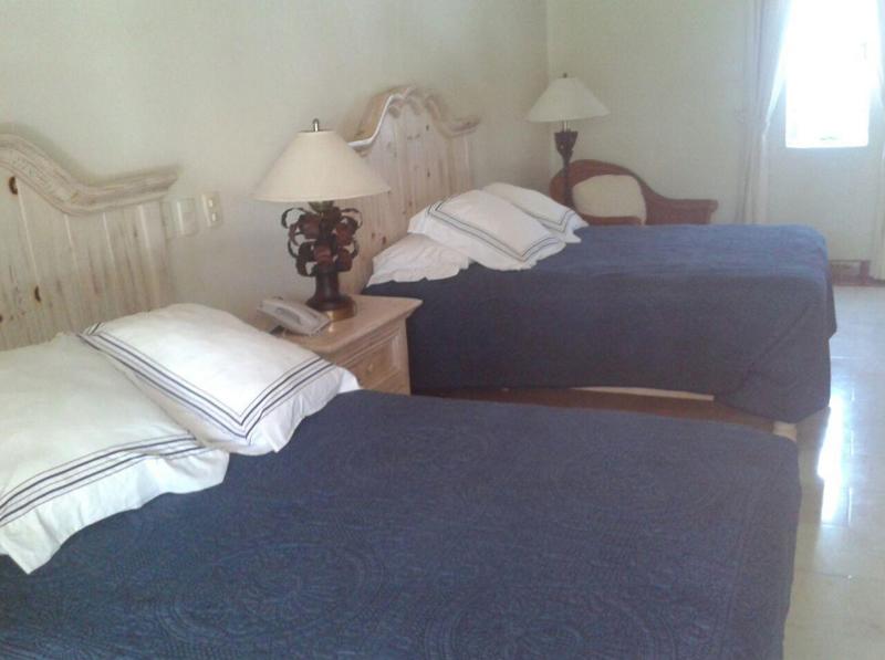 Recámara con dos camas Casa Punta Iguana en Marina Vallarta en Puerto Vallarta