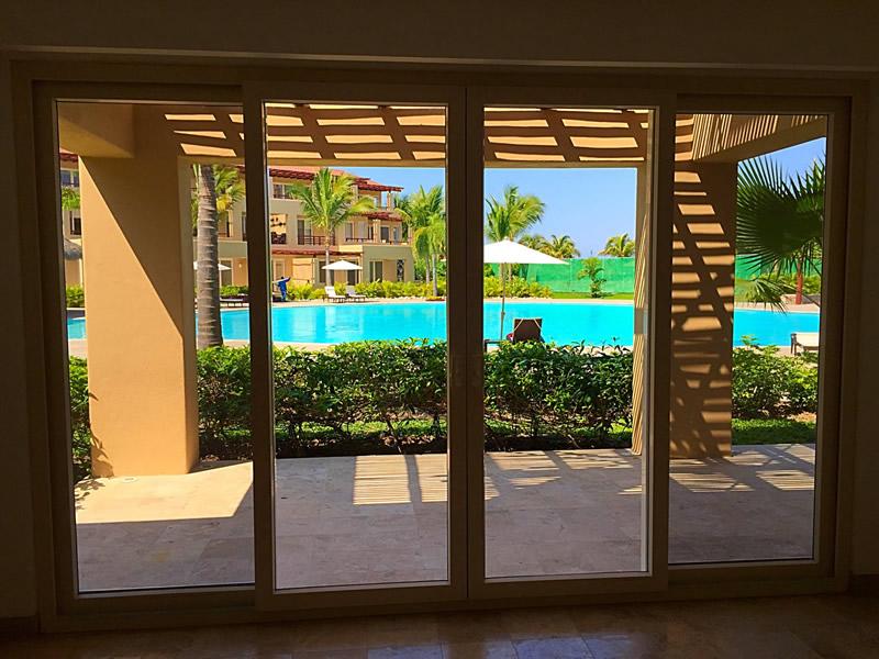 Sala con vista a la alberca Condominio Isla Palmares en el Campo de Golf El Tigre en Nuevo Vallarta