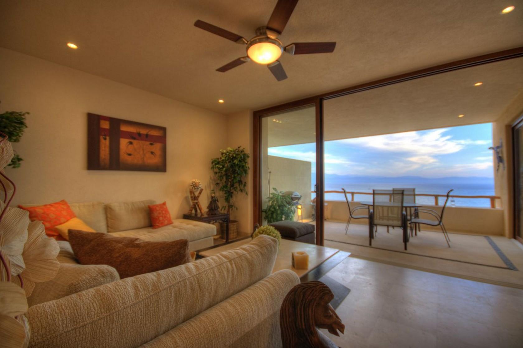 Sala con vista al mar Departamento en venta Punta Esmeralda Resort La Cruz de Huanacaxtle