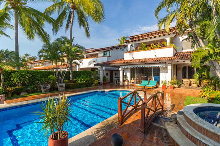 Sun-chairs-villa-punta-iguana-in-marina-vallarta-puerto-vallarta