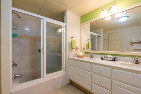 Baño completo Oceano Vista Residences Condominio Nuevo Vallarta