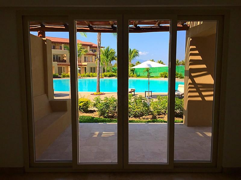Ventana con vista a la alberca Condominio Isla Palmares en el Campo de Golf El Tigre en Nuevo Vallarta