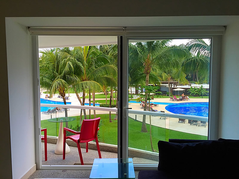 Ventana sala con vista a la piscina Condominio Villa Magna Nuevo Vallarta