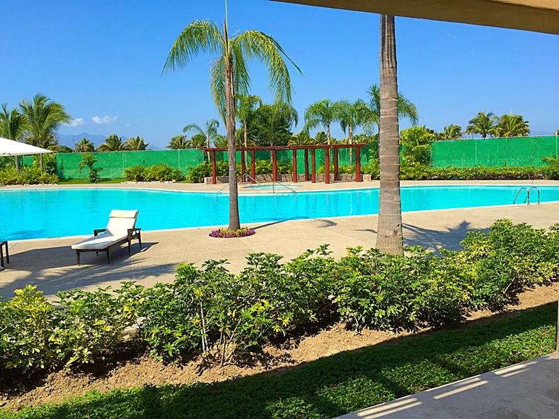 Vista a la piscina Condominio Isla Palmares en el Campo de Golf El Tigre en Nuevo Vallarta