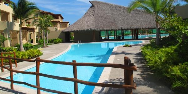 Puente sobre piscina Condominio Isla Palmares en el Campo de Golf El Tigre en Nuevo Vallarta